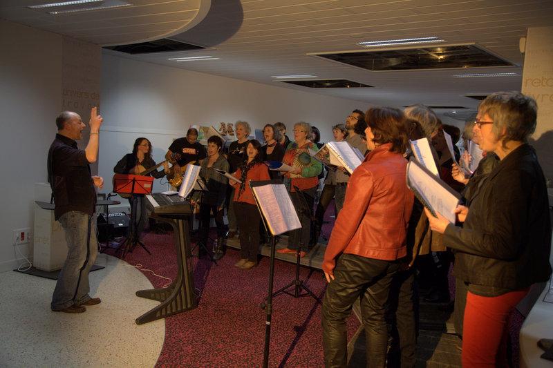 La chorale a investit la médaithèque le temps d'un concert sur les années 60-70.