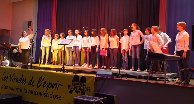 Les choeurs d'ado de l'EMDA sous la direction de  Marie-Pierre Blond à gauche, accompagnés au piano par Anne Gandard.